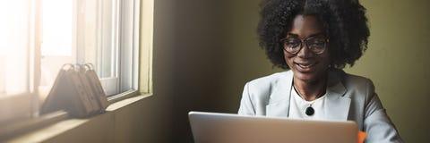 Frauen-Verbindungs-Computer-Vernetzungs-Radioapparat-Konzept Lizenzfreies Stockbild