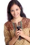 Frauen-Versenden von SMS-Nachrichten Lizenzfreies Stockfoto