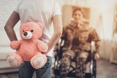Frauen-Veteran im Rollstuhl-Heimkehr-Konzept lizenzfreie stockfotografie