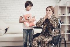 Frauen-Veteran im Rollstuhl-Heimkehr-Konzept stockbilder