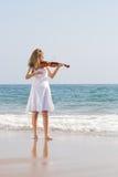 Frauen-Violinist-Spielvioline auf Strand Lizenzfreies Stockfoto