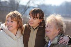 Frauen von drei Erzeugungen von einer Familie Stockbilder