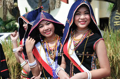 Frauen von Kadazandusun ethnisch in den traditionellen Kostümen lizenzfreie stockfotos