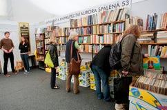 Frauen wählen alte Bücher Stockfotos