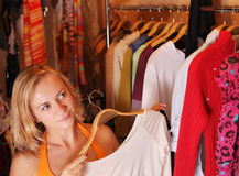 Frauen wählt Kleidung lizenzfreies stockbild
