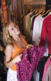 Frauen wählt Kleidung lizenzfreies stockfoto