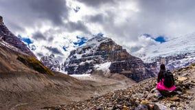 Frauen-Wanderer, der die Ansicht des Bergs Lefroy und des Bergs Victoria genießt Lizenzfreie Stockfotografie
