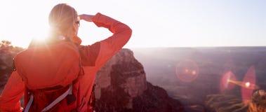 Frauen-Wanderer, der Grand Canyon Arizona USA betrachtet Stockfotos