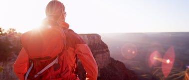 Frauen-Wanderer, der Grand Canyon Arizona USA betrachtet Lizenzfreie Stockfotografie