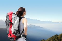 Frauen-Wanderer mit Rucksack Stockfoto