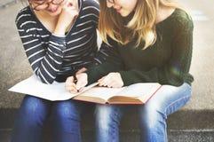 Frauen, welche die Freundschaft studiert Brainstorming-Konzept sprechen stockbild