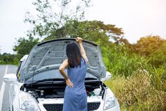 Frauen werden sehr wegen ihres Autozusammenbruches betont stockbild