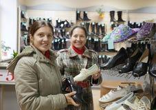 Frauen wählt Schuhe Stockbilder
