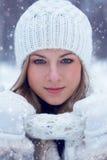 Frauen-Winterporträt der Nahaufnahme schönes Stockbild