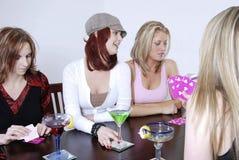 Frauen wth Cocktails, die PO spielen Stockfotos