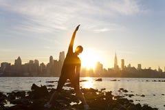 Frauen-Yoga-Manhattan-Skyline-Sonnenaufgang New York Stockbilder