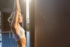 Frauen-Yoga-Praxis-Haltungs-Trainings-Konzept lizenzfreies stockfoto