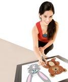 Frauen-Zeichnung auf Digital-Tablette Lizenzfreie Stockbilder