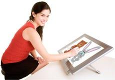 Frauen-Zeichnung auf einer Digital-Tablette Lizenzfreie Stockbilder
