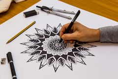 Frauen-Zeichnung und Malen einer Mandala in Schwarzweiss lizenzfreies stockfoto