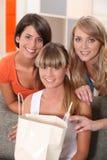 Frauen zu Hause mit Taschen Stockfotografie