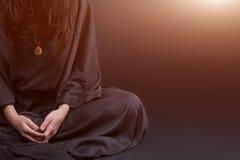 Frauenabbildung Beten Gebet kleidete in den Kleidungen einer Nonne auf grauem Studiohintergrund an Religions- und Hoffnungskonzep Lizenzfreie Stockfotografie