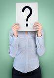 Frauenabdeckungsgesicht mit Fragenbrett Stockbilder