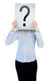 Frauenabdeckungsgesicht mit Fragenbrett Stockfotografie