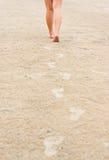 Frauenabdrücke auf dem Strand versanden weg führen Stockfoto