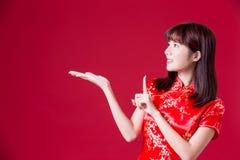 Frauenabnutzung cheongsam und etwas im chinesischen neuen Jahr zeigen lizenzfreie stockfotografie