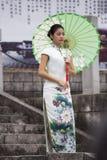 Frauenabnutzung qipao Stockbilder