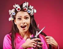 Frauenabnutzungs-Haarlockenwickler auf Kopf. Lizenzfreie Stockfotos