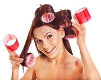Frauenabnutzungs-Haarlockenwickler auf Kopf. Lizenzfreie Stockfotografie