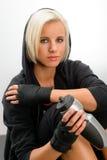 Frauenabnutzungsschwarzes Hoodieeignung des Sports blonde stockbild