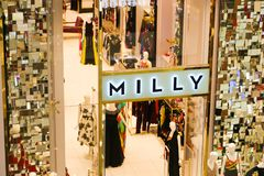 Frauenabnutzungsshop - Dubai-Mall stockbild