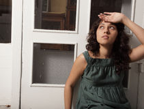 Frauenabwischen hee der verschwitzten Stirn Lizenzfreie Stockfotografie