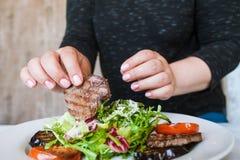Frauenanfänge, zum von Medaillons mit Salat zu essen Stockbilder