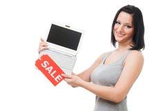 Frauenangebot-Laptopverkauf Stockfotografie