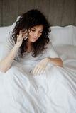 Frauenanruf im Kranken Stockfotografie