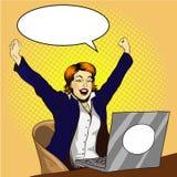 Frauenarbeit über Pop-Arten-Vektorillustration des Laptops Retro- komische Geschäftsfrau im Büro Job ist erfolgtes Konzept vektor abbildung
