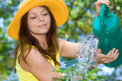 Frauenarbeit in ihrem Garten Lizenzfreie Stockfotografie