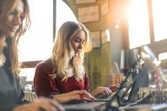 Frauenarbeiten lizenzfreies stockfoto