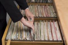Frauenarbeitshand, die Dokument sucht lizenzfreie stockfotografie