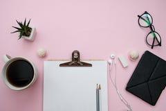 Frauenarbeitsplatz freiberuflich tätiges Konzept mit todo Liste, Notizbuch, Bleistifte, Draufsicht der flachen Lage lizenzfreies stockfoto