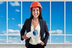 Frauenarchitekt über großen Fenstern Lizenzfreies Stockfoto