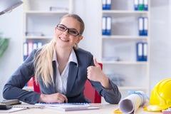 Frauenarchitekt, der an dem Projekt arbeitet Lizenzfreies Stockfoto