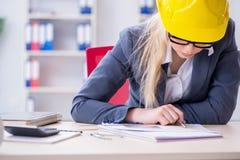 Frauenarchitekt, der an dem Projekt arbeitet Lizenzfreies Stockbild
