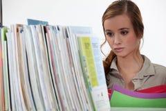 Frauenarchivierungsdokumente Lizenzfreies Stockfoto
