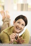 Frauenarchivierungsnägel beim Plaudern Stockbilder