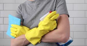 Frauenarme kreuzten in den Handschuhen einen Schwamm und einen Spray stock video footage